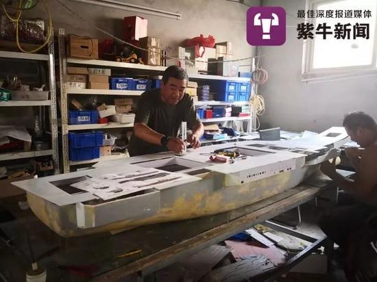 耿老(右)和李志勇(左)在制作军舰模型