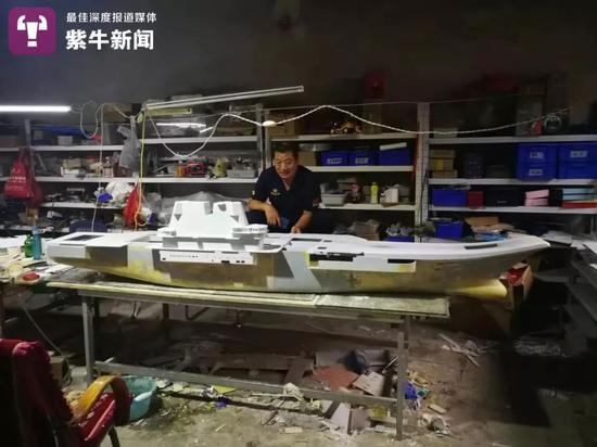 李志勇在制作航母
