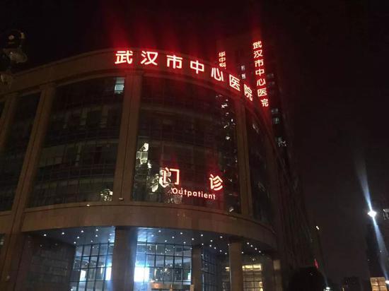 2019年12月31日,武汉市中心医院门诊。新京报记者张胜坡 摄