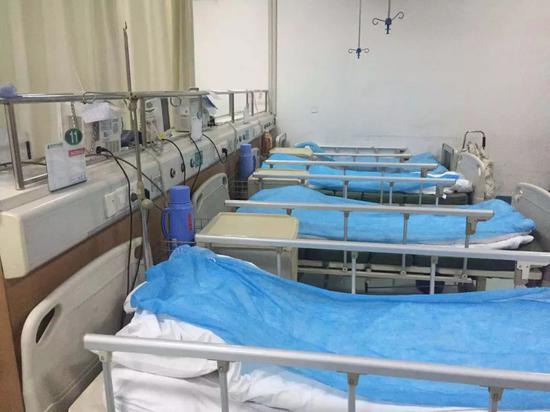 后湖院区收治的四名肺炎患者曾被一致安顿到这四张病床。新京报记者张胜坡 摄