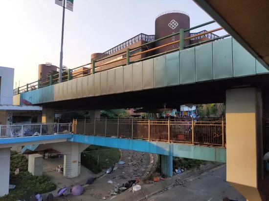 2019年11月20日下午,新京報記者實地探訪發現,連接學校和港鐵紅磡站的南北橋均有縱火痕跡。