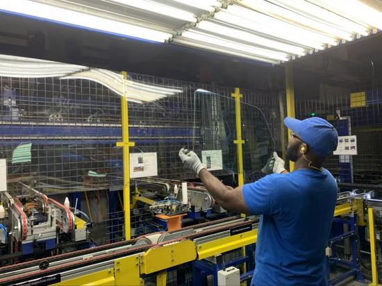 2019年7月27日,在美国俄亥俄州代顿市的福耀工厂,一名员工检验玻璃外观。新华社发(王铁汉摄)