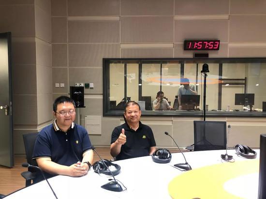 王慧在电台宣传无窒碍理念。受访者供图