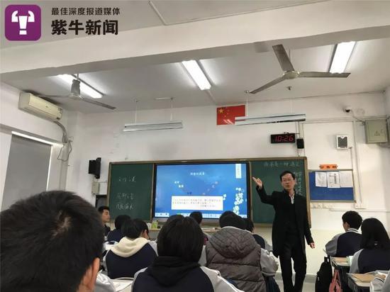 赵老师在给学生们上课