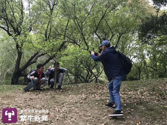 赵老师给学生们拍照