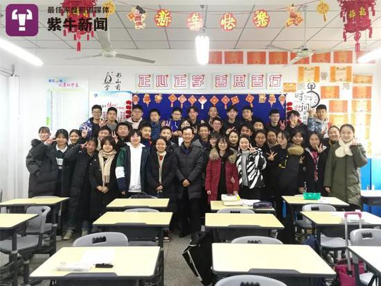初三九班全体同学和赵老师的合影