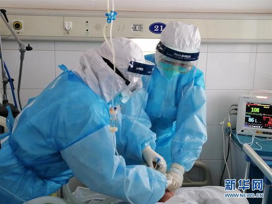 福建省对口支援湖北宜昌医疗队队员在宜昌第三医院开展医疗救治工作(2月16日摄)。 新华社发(郑玉柳 摄)