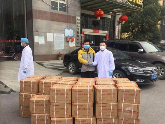 疫情中的湖北快递小哥:往医院送物资
