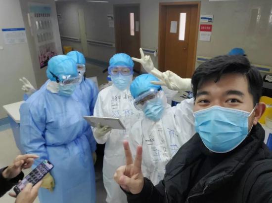 受访者余琳欢(左二)与同事的合影