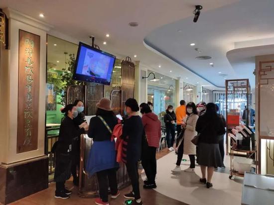 """""""陶陶居""""开业后列队场景。 © 南方PLUS"""