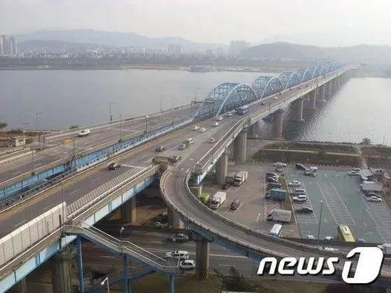 警方查看监控录像后发现,该男子当时驾车撞到铜雀大桥栏杆,随后下车,于4点57分跳入汉江。