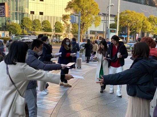 2月20日,在日本名古屋车站附近,在日华侨华人向当地民多发放口罩。运动举办方供图