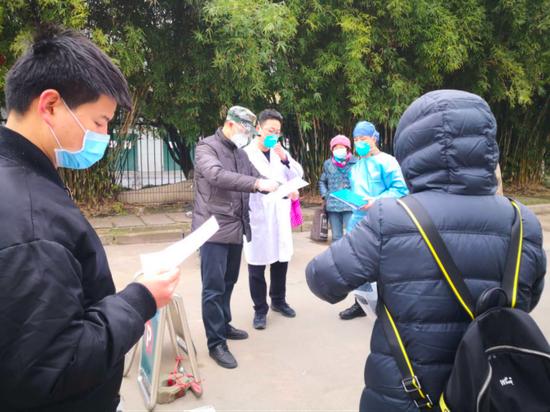 张才继(左二)组织发热门诊突击队与医院对接