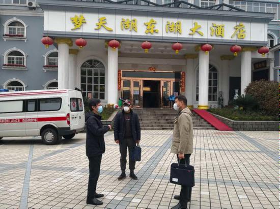 涂小平(右一)在东湖风景区康复驿站调研