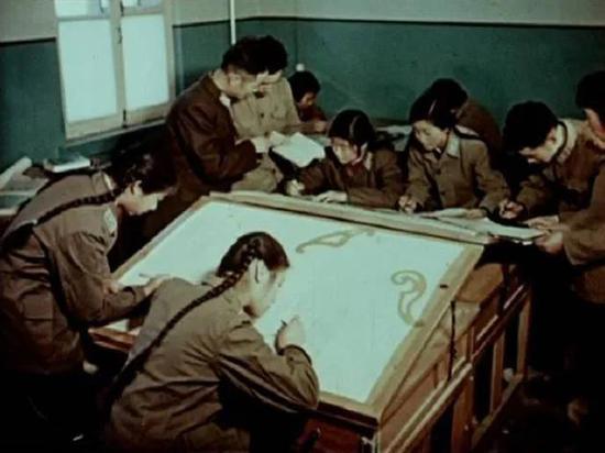 航天科研人员在学习、描图