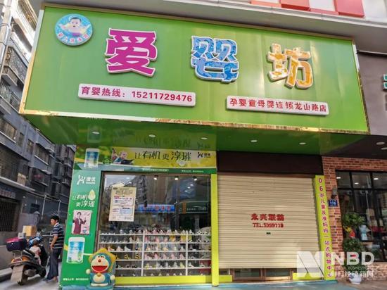 14日下午5点左右,爱婴坊龙山路店大门将关。图片来源:每经记者 刘晨光 摄