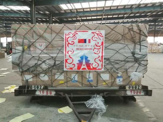 这是3月17日在中国上海拍摄的中国政府向法国提供的医疗物资。新华社发