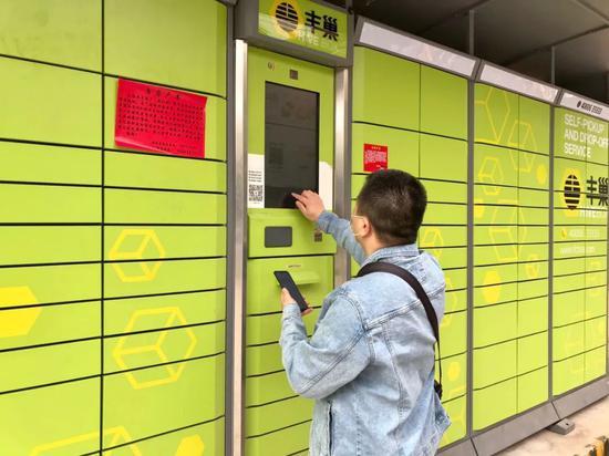 5月16日,北京市一小区门口,市民正在使用丰巢快递柜。本报记者刘婧宇摄