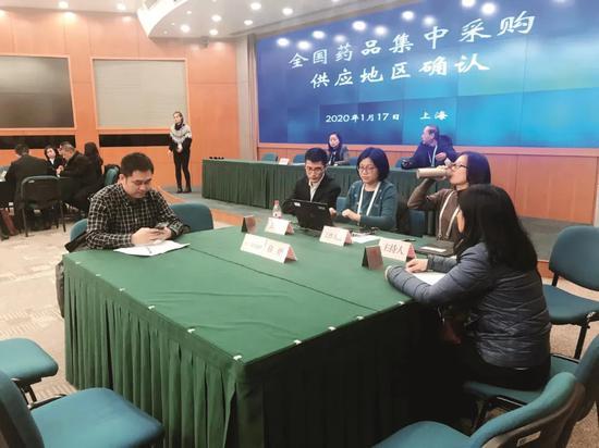 1月17日,上海市长宁区天山路1800号(上海市劳动和社会保障局)第二批全国药品带量采购现场。经过一上午的激烈竞价,中选企业之间的较量才真正开始。摄影/本刊记者 李明子