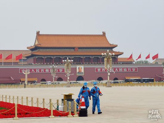 △政协委员抵达前,工作人员对天安门广场做最后的检查和清理。(总台央视记者李晓周拍摄)