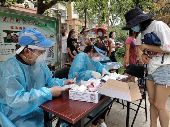 16日,京旺家园五区居民进行核酸检测