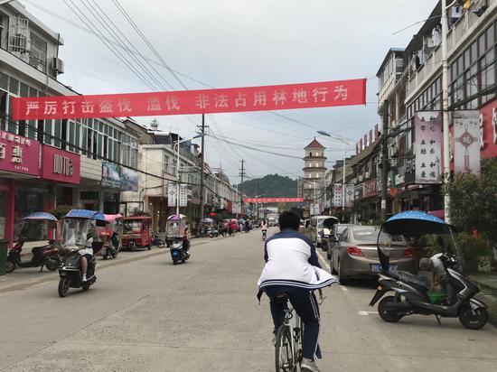 受疫情影响,毛坦厂镇今年不准送考运动,街头也难觅鼓励高考生的标语
