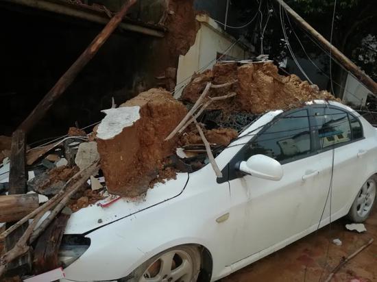 广西荔浦双江镇,暴雨事后路边的轿车被压垮。图/受访者挑供