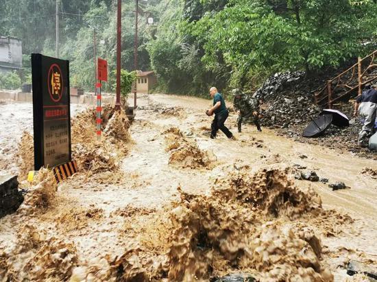 重庆巫溪,洪水导致多条道路被冲毁。图/受访者挑供