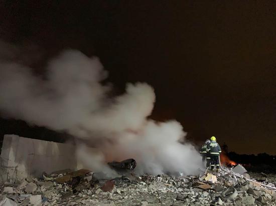 7月9日凌晨,四川广汉金雁花炮有限责任公司燃爆事故现场,消防员在作业。截至清晨6时,事故现场明火已全部扑灭。四川省消防救援总队供图
