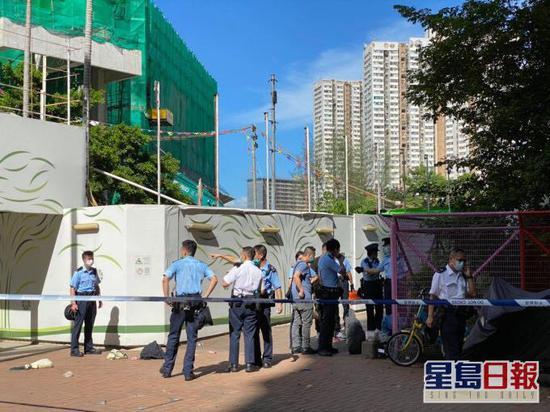 香港一男子搭乘公交不戴口罩 还持刀拒捕