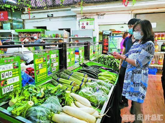 7月17日,市民在烏魯木齊市沙依巴克區一社區蔬菜直銷店挑選蔬菜。 □本報全媒體記者 約提克爾·尼加提攝