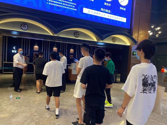 北京万达影城零点场:影迷十分遵守防疫规则