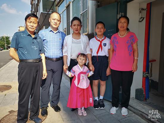 △赵兴福(左一)全家合影(总台央视记者张晓鹏拍摄)