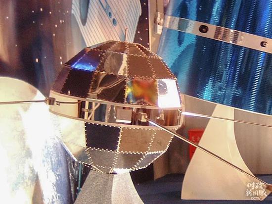 """△1970年4月24日,我国第一颗人造地球卫星""""东方红一号""""发射成功。自2016年起,每年4月24日设立为""""中国航天日""""。这是上海航天工业展示馆的东方红一号卫星(模型)。"""