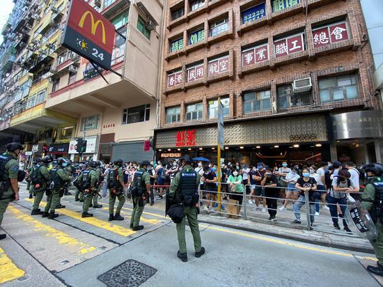 香港九龙多地出现非法集结 黄之锋现身 港警严正执法