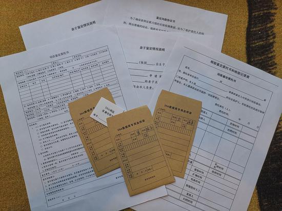 确认办理后,记者收到马法医邮寄的血样采集卡、司法鉴定委托书、风险协议书等资料。