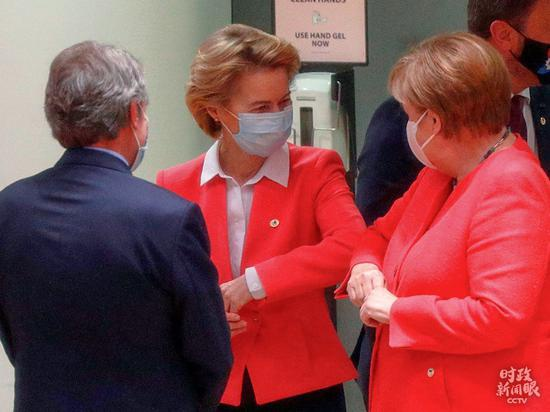 """△今年7月17日召开的欧盟峰会,是欧盟各国领导人***举行的面对面会议,大家用""""撞胳膊肘""""的方式相互问候。这是默克尔与米歇尔、冯德莱恩见面现场。"""