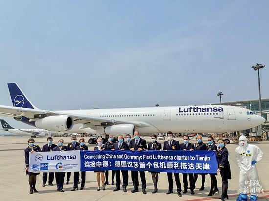 """△5月30日,德国汉莎航空LH342航班承运约200名德国企业家、技术专家等旅客,自法兰克福飞抵天津。这是中德之间的首班复工包机,两国间的""""快捷通道""""得以实现。"""