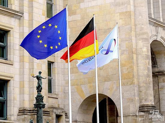 △今年7月1日起,德国接任欧盟轮值主席国,为期半年。这是德国国会大厦前从左到右依次挂出代表欧盟、德国和德国担任欧盟轮值主席国的三面旗帜。