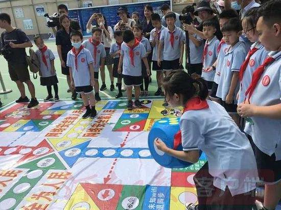 伏牛路小学举行校园日宣传活动。