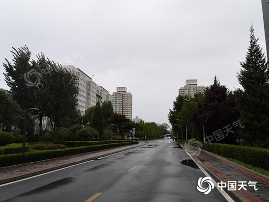 今早,北京仍有降雨,路面湿滑。
