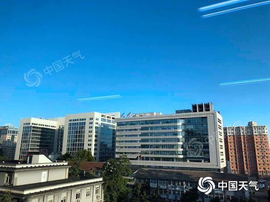 北京今晨天空蔚蓝,风力较大。