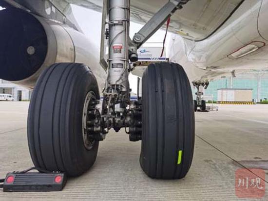 飞机轮胎多处损伤(图片来自报告)
