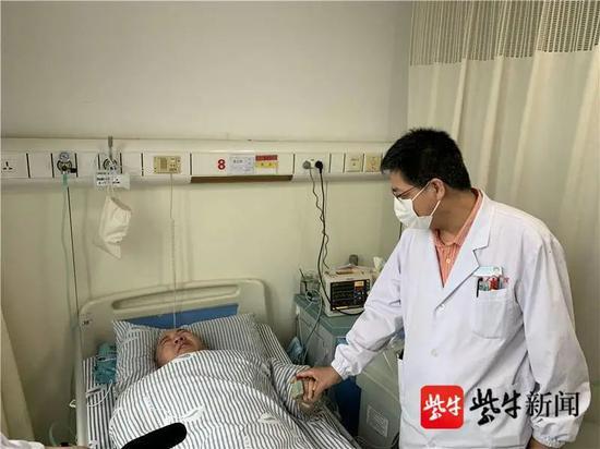 术后查房,张先生紧紧握住吴小涛主任的手。崔玉艳 摄