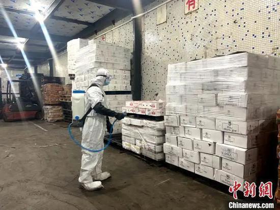 原料图:做事人员对进口冻品进走入库前的消杀 广州市市场监督管理局 供图