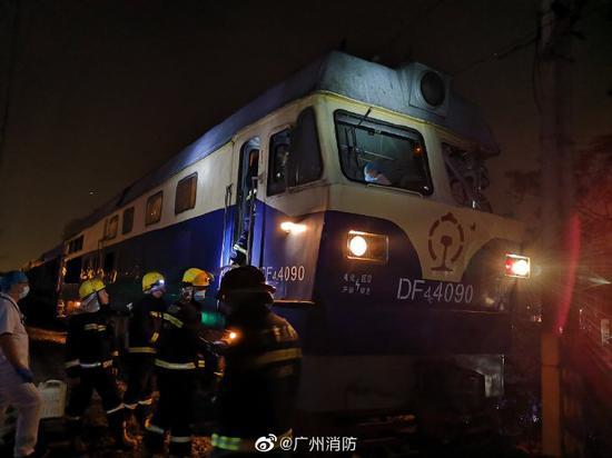广州一吊臂车挂钩脱落撞向载货火车 2名火车司机受伤
