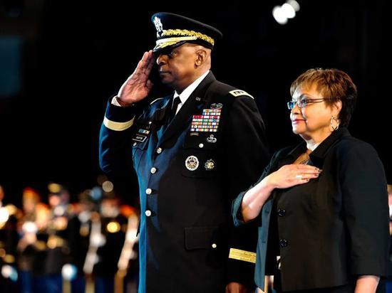 ·2016年,奥斯汀和妻子参加退伍告别会。