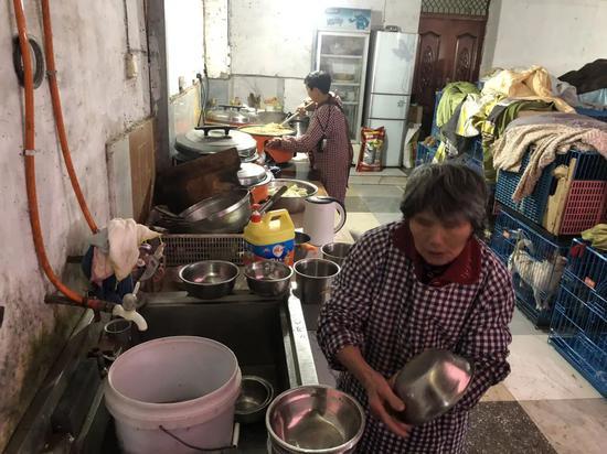 ▲文军红和工人给狗准备吃的,它们镇日要吃500斤米。骚作者不祥狠狠干记者王翀鹏程 摄