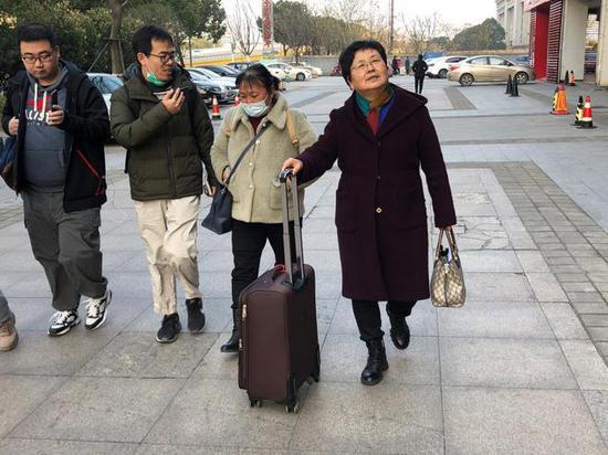 12月20日,受害者家属朱大红和律师到达南昌。王翀鹏程摄