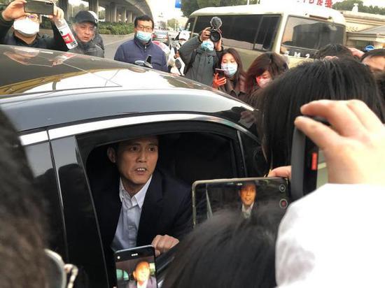 庭审结束后,劳荣枝姐姐拦住法援律师的车,她认为此前劳荣枝拒绝家人请律师不是她的本意。王翀鹏程摄